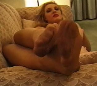 Blonde en bas nylon se tremousse et se branle avec un pied